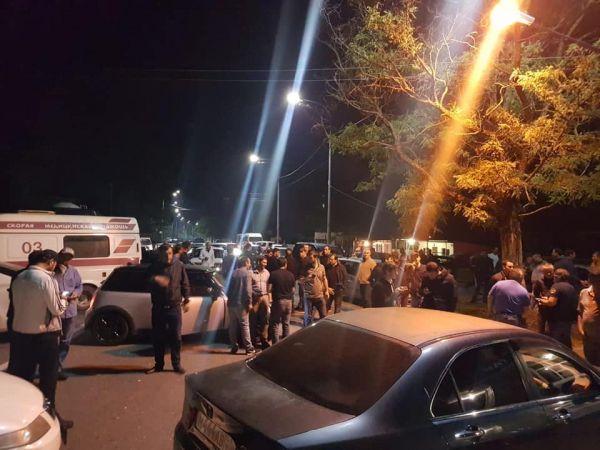 В Абхазии перекрывают дороги, силовики
