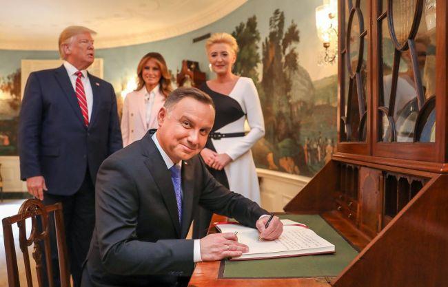 «Теперь я сижу, а он стоит»: президент Польши «отомстил» Трампу