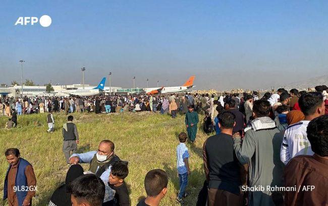 Тълпа щурмува летището в Кабул, военните от САЩ откриха стрелба